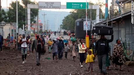 Люди бежали в Руанду во время ночного извержения горы Ньирагонго и вернулись в Гому в Конго рано утром в воскресенье.