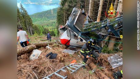 اسٹریسا موٹارون لائن کی چوٹی کے قریب گرنے کے بعد امدادی کارکن ایک کیبل کار کے ملبے کا کام کر رہے ہیں۔
