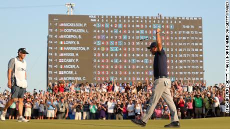Микельсон празднует 18-е поле после победы в чемпионате PGA 2021 года.