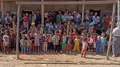 Когда бомбы падают на сельский очаг сопротивления в Мьянме, десятки тысяч людей бегут в джунгли без еды и воды.