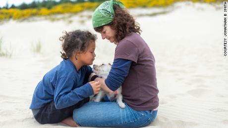 Aproximadamente 120.000 niños adoptivos en los Estados Unidos esperan a sus padres.  Uno de ellos ahora es mi hija