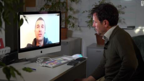 رومن پروٹاسویچ منسک نظربند مرکز سے ایک ویڈیو میں نظر آیا۔