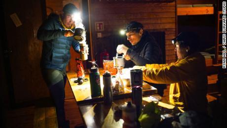 Rusch prépare un repas avec ses partenaires d'expédition en Islande, Angus Morton (au centre) et Chris Burkard (à gauche).