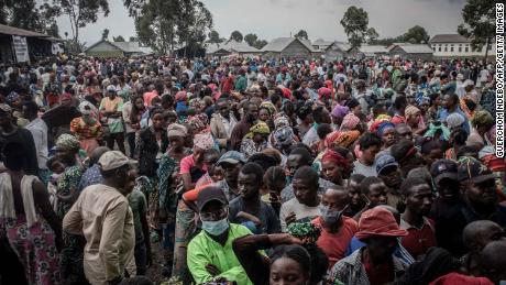 Жители, перемещенные в результате извержения вулкана Ньирагонго, ожидают регистрации для получения помощи в Гоме 26 мая, которую распространит местный политик и бизнесмен.