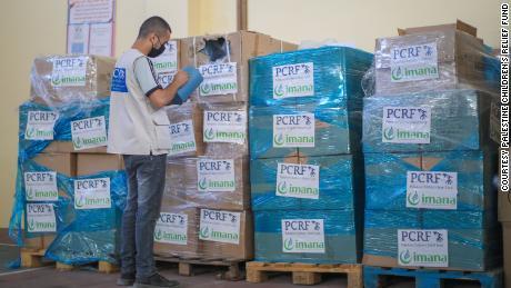 أرسل مركز إعادة التأهيل المجتمعي حمولة شاحنة من الشاحنات التي تمس الحاجة إليها إلى وزارة الصحة لتوزيعها على المستشفيات في غزة.  تمت رعاية هذه المواد من قبل