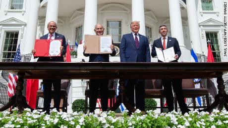 (LR) Министр иностранных дел Бахрейна Абдуллатиф аль-Зайани, Нетаньяху, Трамп и министр иностранных дел Объединенных Арабских Эмиратов Абдулла бин Заид аль-Нахайян подписали так называемые Абрахамские соглашения в Белом доме в сентябре 2020 года.