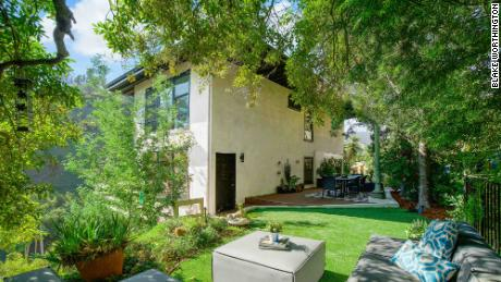 Esta casa en Beverly Hills se cotizó en $ 1.599 millones y recibió ofertas de hasta $ 1.8 millones.  Pero los vendedores eligieron una oferta en efectivo de $ 1.705 millones que podría cerrarse en cinco días.