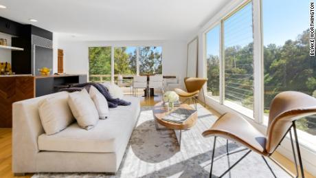 Los vendedores eligieron una oferta en efectivo de $ 1.7 millones que podría cerrarse en cinco días al vender esta casa en Beverly Hills.