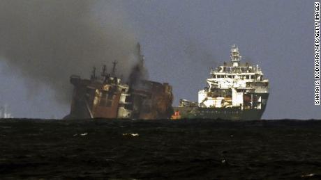 2 июня буксир голландской спасательной компании SMIT отбуксировал пострадавший от пожара контейнеровоз MV X-Press Pearl, зарегистрированный в Сингапуре у побережья Коломбо.