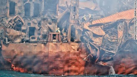 Спасателям удается подняться на борт пострадавшего корабля, чтобы оценить ущерб после того, как пожар был успешно потушен впервые с 20 мая.