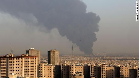 Enorme humo se eleva desde la principal refinería de petróleo de Teherán al sur de la capital el 2 de junio.