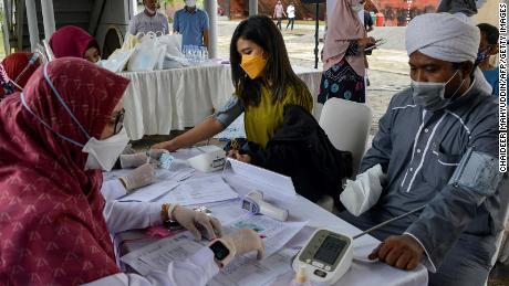 Крупнейшая индустрия коронавируса Индонезии опасается, что эксперты в области здравоохранения говорят, что худшее еще впереди