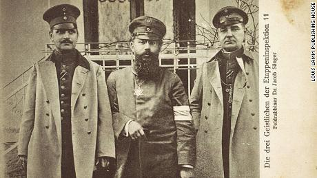 На этой фотокарточке, выпущенной примерно с 1915 по 1916 год, изображен еврейский военный капеллан Др.  Якоб Сэнгер (в центре).  По обе стороны стоят католический и протестантский священники.