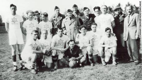 Футбольная команда вынужденных переселенцев после Второй мировой войны в Берлине в 1949 году.