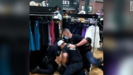 गिरफ्तारी का वीडियो एक राहगीर ने बना लिया था।