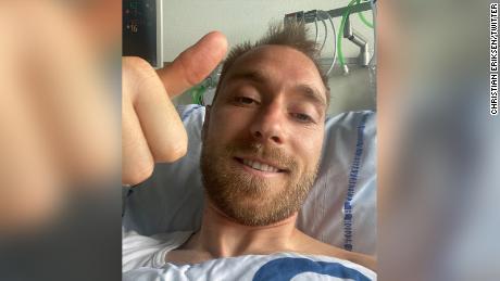 Кристиан Эриксен благодарит болельщиков со своей больничной койки.