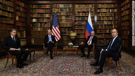 Государственный секретарь США Энтони Блинкен (слева), президент США Джо Байден (второй слева), президент России Владимир Путин (второй справа) и министр иностранных дел России Сергей Лавров (справа) позируют для прессы перед российско-американским саммитом на вилле Ла Гранж. в Женеве 16 июня 2021 г.
