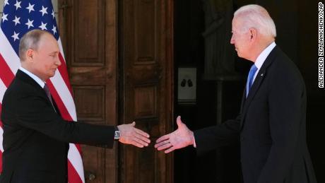 روسی صدر ولادیمیر پوتن ، چھوڑ گئے ، اور امریکی صدر جو بائیڈن نے & # 39؛ ولا لا گرینج & # 39؛ میں اپنی ملاقات کے دوران مصافحہ کیا  جنیوا میں ، سوئٹزرلینڈ کے جنیوا میں ، سوئٹزرلینڈ ، بدھ ، 16 جون ، 2021۔