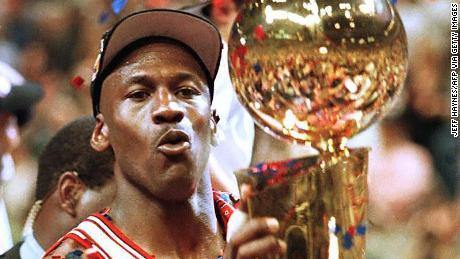 Jordan soulève son cinquième trophée de championnat NBA après une victoire au sixième match lors des finales NBA 1997.