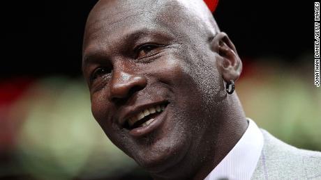 Jordan s'adressant à la foule lors d'une cérémonie de reconnaissance du 20e anniversaire des Bulls' 1er championnat NBA au United Center le 12 mars 2011.