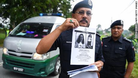 Офицер королевской полиции Малайзии, 9 августа 2019 года, во время розыска Норы Куорин.