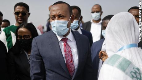 Премьер-министр Эфиопии Абий Ахмед (в центре) прибывает в Джимма-Сити 16 июня.