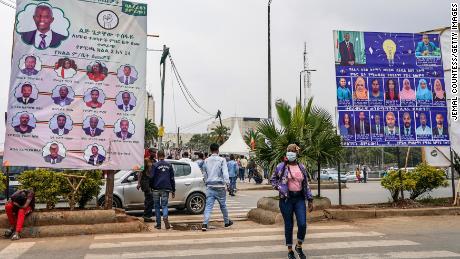 Рекламные щиты кампании Balderas Party и Prosperity Party выставлены 14 июня в районе Пиасса в Аддис-Абебе, Эфиопия.