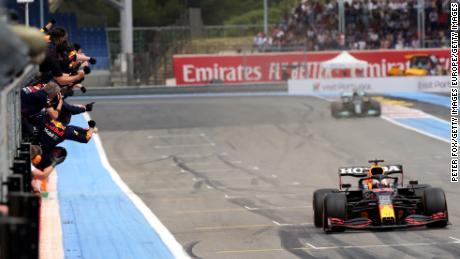 Члены команды Red Bull призывают Ферстаппена взять клетчатый флаг.