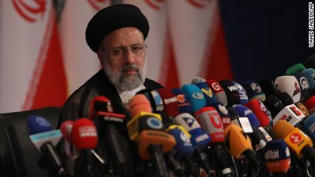 Новый избранный президент Ирана Эбрагим Раиси выступает на пресс-конференции в Тегеране, Иран, в понедельник.