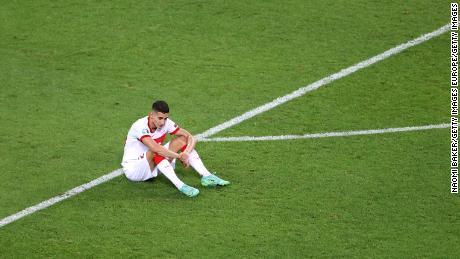 Mert Muldur a l'air abattu après la défaite contre la Suisse.