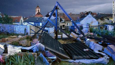 طوفان کے نتیجے میں تباہی پھیلانے کے بعد تباہی کا ایک نظارہ جنوبی موراویا کے ہوڈونن ضلع کے موراوسکا نووا ویس گاؤں کو مارا۔
