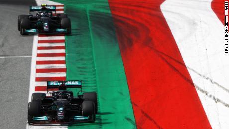 Хэмилтон возглавляет товарищ по команде Mercedes Валттери Боттас во время Гран-при Австрии, но Финн финишировал вторым, а британец - четвертым.