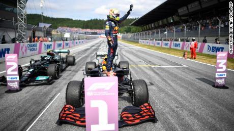 Ферстаппен радуется после победы на Гран-при Австрии.