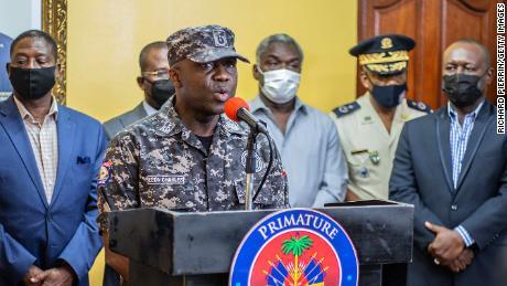 Policijos generalinis inspektorius Leonas Charlesas kalba per spaudos konferenciją premjero rezidencijoje liepos 8 d.
