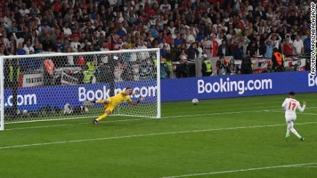 Итальянский вратарь Джанлуиджи Доннарумма отразит пенальти Санчи во время серии пенальти в финале Евро-2020.