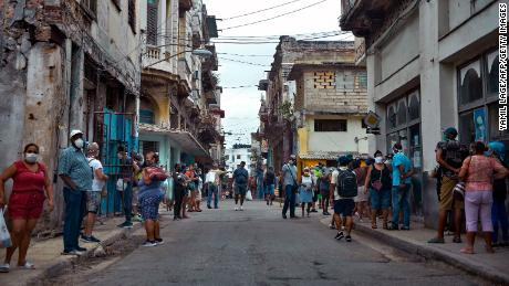 A line to buy food in Havana, on February 2, 2021.