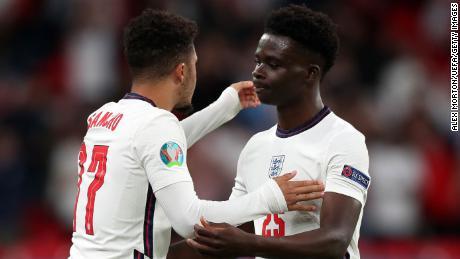 Bukayo Saka (à droite) et son coéquipier Jadon Sancho (à gauche) lors du match du groupe D du championnat de l'UEFA Euro 2020 entre la République tchèque et l'Angleterre au stade de Wembley le 22 juin 2021.