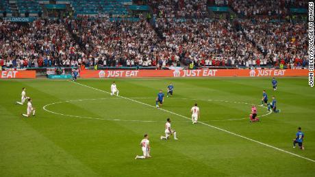 Les joueurs anglais et italiens se mettent à genoux avant la finale du championnat de l'UEFA Euro 2020 au stade de Wembley le 11 juillet 2021.