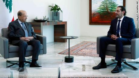 Мишель Аун (слева) встречается с Саадом Харири в президентском дворце в Баабде.