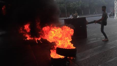 Сторонники Саада Харири блокируют улицы Бейрута в четверг, 15 июля 2021 года.