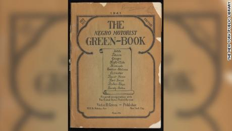 Durante la era de Jim Crow, el & quot; Libro Verde del Motorista Negro & quot;  listados de hoteles, restaurantes, gasolineras y otros establecimientos donde los viajeros negros eran bienvenidos.