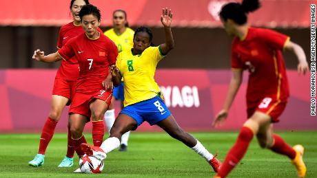 Шуанг Ван и Формига борются за владение мячом.