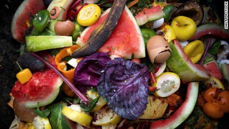 Aproximadamente 2.500 millones de toneladas de alimentos se pierden en las granjas o los minoristas y los consumidores las desperdician cada año.
