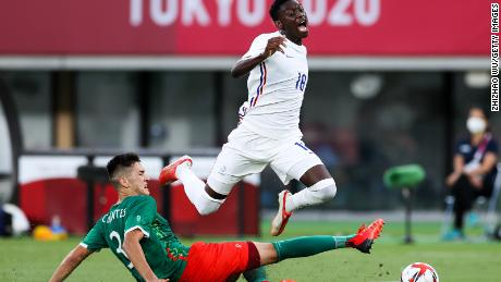 Montes Cesar of Mexico competes for the ball with Kolo Muani Randal of France.