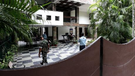 Personal de seguridad en la casa de Bhopal de Sudhir Agrawal, director gerente de Dainik Bhaskar.  Su residencia fue allanada por funcionarios indios como parte de una investigación fiscal.