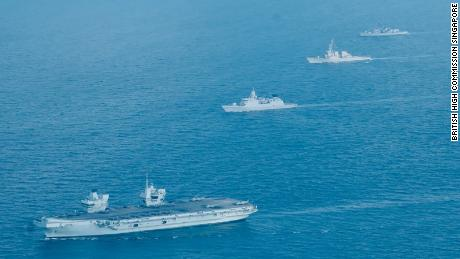 De izquierda a derecha, el HMS Queen Elizabeth del Reino Unido, Países Bajos  El HNLMS Evertsen, el USS The Sullivans de la Armada de los EE. UU. Y el HMS Kent navegan el 26 de julio en aguas de Singapur.