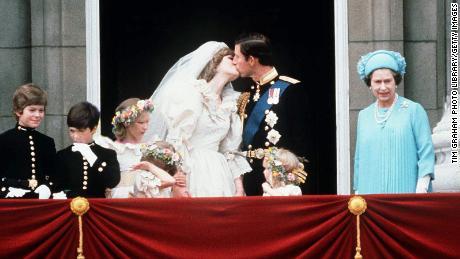 The newlyweds shared a kiss on the Buckingham Palace balcony.