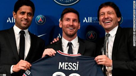 Al-Khelaifi (izquierda) y el director deportivo Leonardo (derecha) posan junto a Messi.