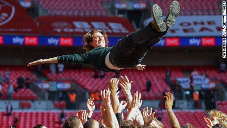 El técnico de Brentford, Thomas Frank, se lanza al aire después de la victoria final de los playoffs del campeonato del equipo contra el Swansea City.