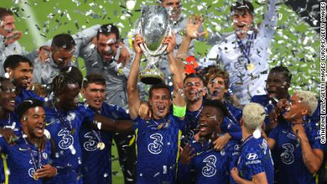 César Azpilicueta (center) lifts the UEFA Super Cup at Windsor Park in Belfast.